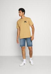 Scotch & Soda - CLUB NOMADE TEE - Print T-shirt - camel - 1