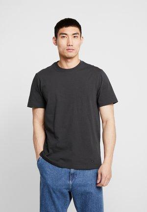 PRIMER  - Jednoduché triko - black fade