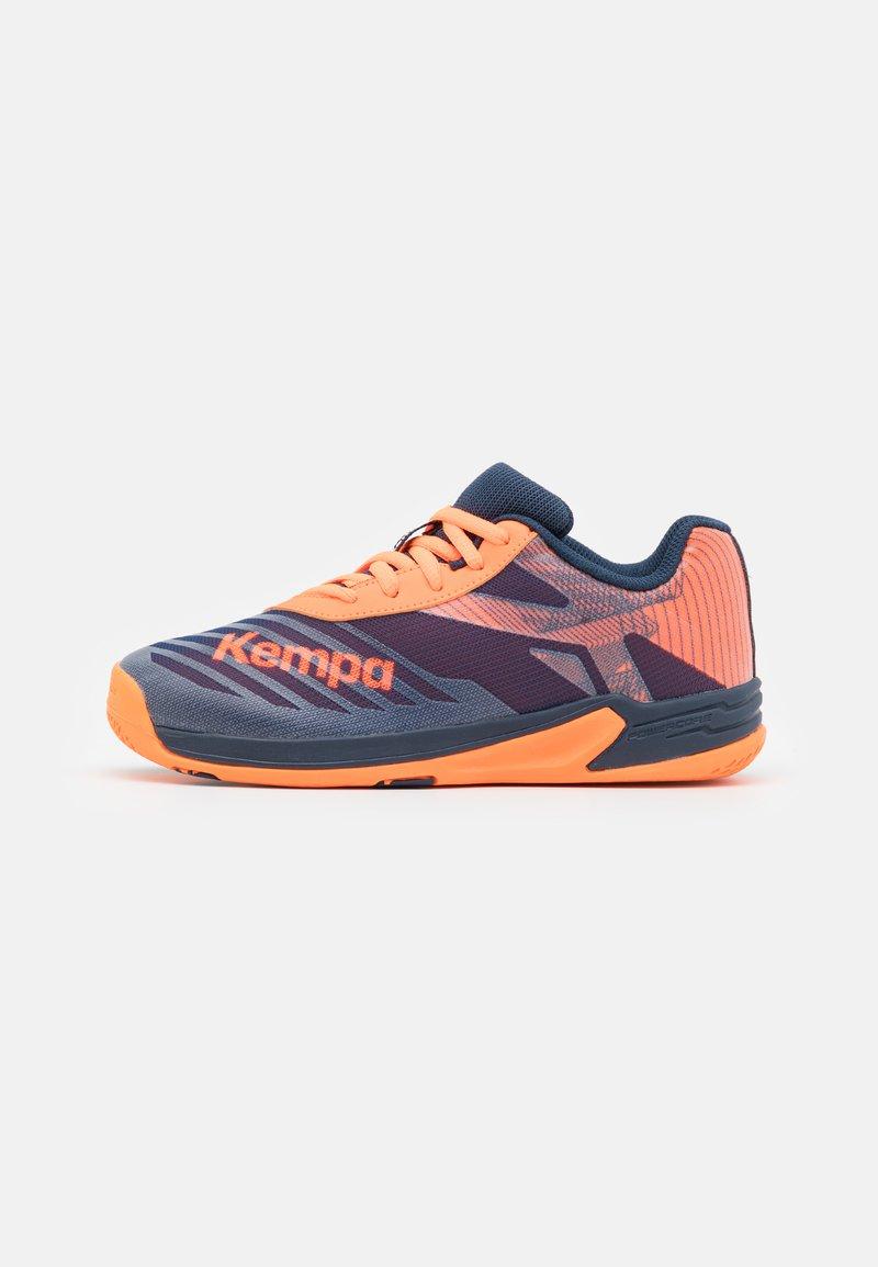 Kempa - WING 2.0 JUNIOR UNISEX - Handbalschoenen - navy/fluo orange