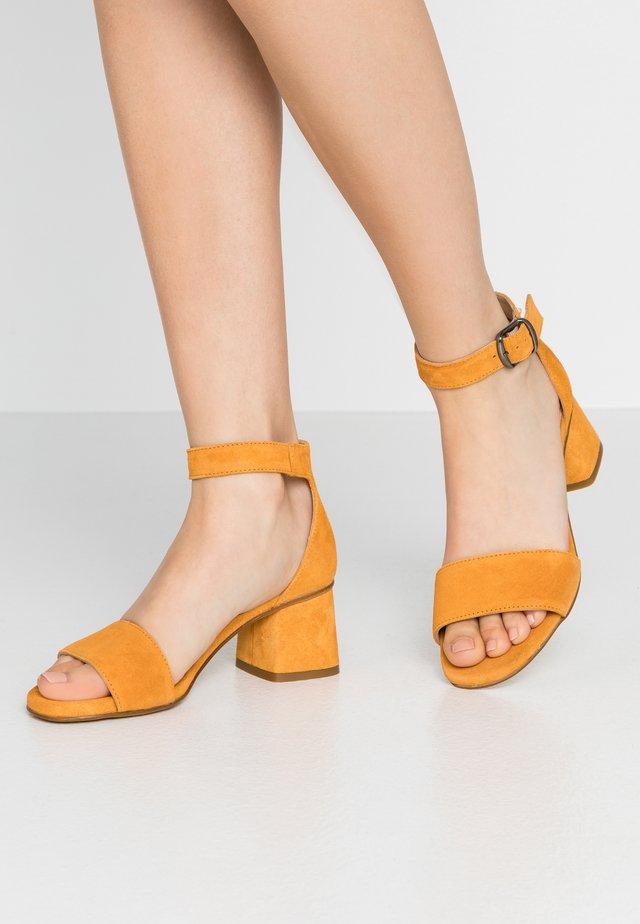 AMA - Sandaalit nilkkaremmillä - curcuma