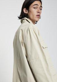 PULL&BEAR - MIT PATTENTASCHEN - Lehká bunda - mottled beige - 4