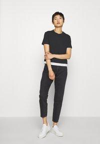 Calvin Klein Jeans - TAPE MODERN STRAIGHT TEE - Triko spotiskem - black - 1