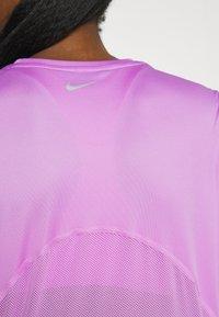 Nike Performance - MILER - T-shirt med print - fuchsia glow/reflective silver - 4