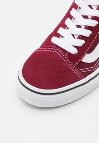 Vans - OLD SKOOL UNISEX - Trainers - pomegranate/true white - 5