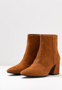 Vagabond - OLIVIA - Classic ankle boots - caramel - 4