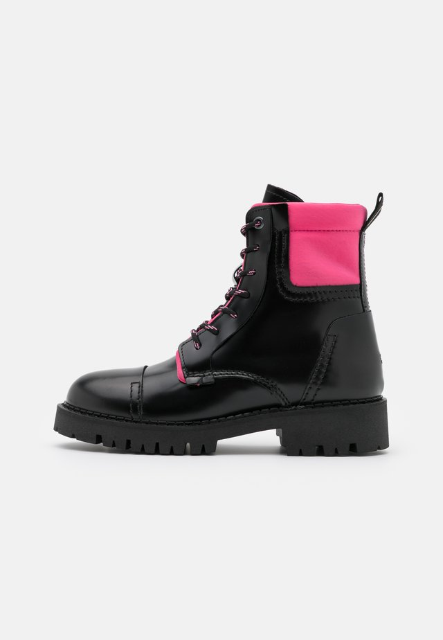 FASHION POP COLOR BOOT - Enkellaarsjes met plateauzool - black/glamour pink