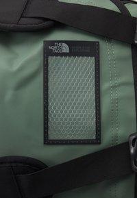 The North Face - BASE CAMP DUFFEL M UNISEX - Sports bag - laurel wreath green/black - 5