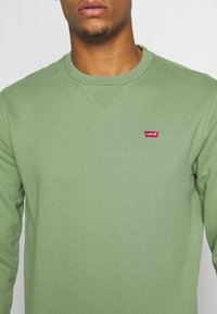 Levi's® - NEW ORIGINAL CREW UNISEX - Felpa - hedge green - 5