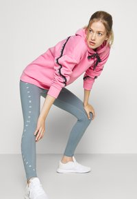 Under Armour - FLEECE HOODIE TAPED WM - Jersey con capucha - lipstick/black - 1