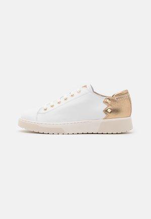 KAPHA  - Sneakers laag - white/gold