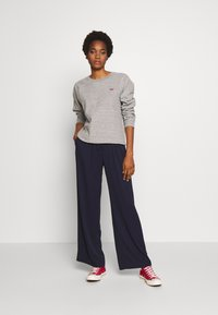 Levi's® - RELAXED CREW NEW - Sweatshirt - smokestack heather - 1