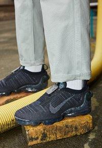 Nike Sportswear - AIR VAPORMAX 2020 FK UNISEX - Sneakersy niskie - black/dark grey - 2