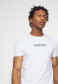 Kaotiko - UNISEX GOOD LUCK - T-shirt med print - white - 3