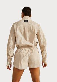 Sweaty Betty - SWEATY BETTY X HALLE BERRY LETICIA TRACK - Langarmshirt - pebble beige - 2