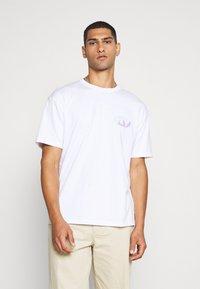 Topman - UNISEX SQUARE TEE - Print T-shirt - white - 2
