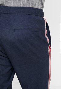 Burton Menswear London - TEXTURED SIDE TROUSER - Trousers - navy - 3