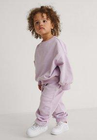 KIDS by NA-KD - Pantalones deportivos - violet - 0