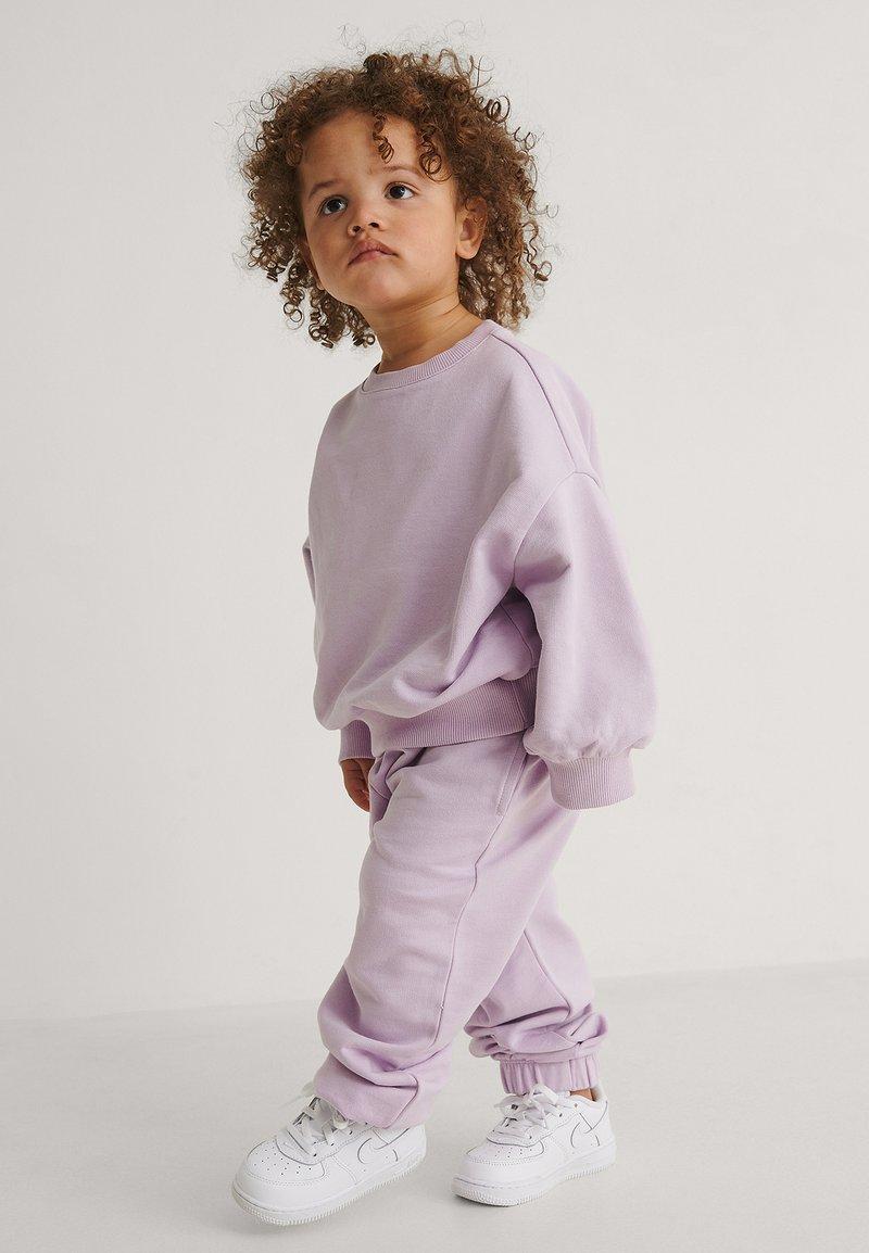 KIDS by NA-KD - Pantalones deportivos - violet