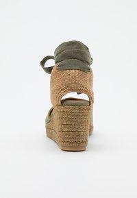 Castañer - CARINA  - Sandály na klínu - verde kaki - 3