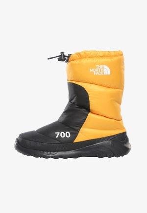 M NUPTSE BOOTIE 700 - Śniegowce - summit gold/tnf black