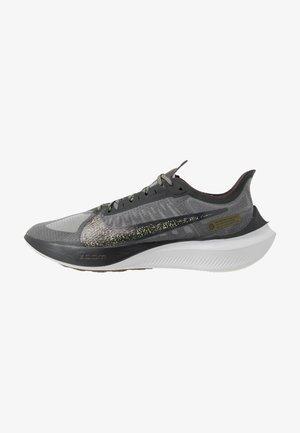 ZOOM GRAVITY SE - Neutral running shoes - dark smoke grey/black/medium olive