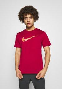 Nike Performance - BREATHE RUN - Camiseta estampada - noble red - 0