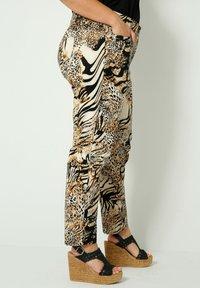 Sara Lindholm - Trousers - schwarz/sand - 3