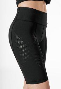 2XU - Shorts - black/dotted black logo - 3