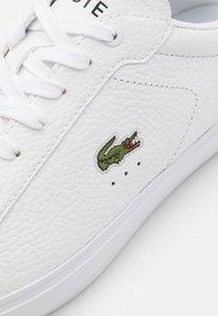 Lacoste - POWERCOURT - Sneakers basse - white/dark green - 5