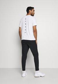 Nike Performance - VENT MAX PANT - Pantalon de survêtement - black/dark grey - 2