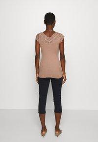 Rosemunde - REGULAR WIDE - Print T-shirt - nougat brown - 2