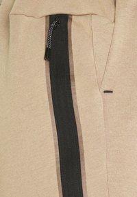 Nike Sportswear - WASH - Shorts - taupe haze/black - 5