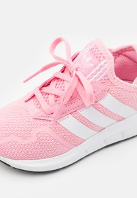 adidas Originals - SWIFT RUN UNISEX - Trainers - light pink/footwear white/core black - 5