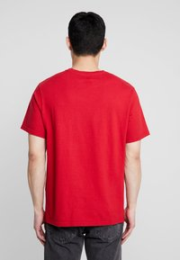 Levi's® Extra - RELAXED GRAPHIC TEE - Basic T-shirt - brilliant red - 2