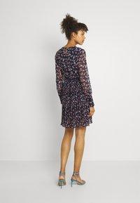 Vero Moda - VMWONDA PLISSE DRESS - Denní šaty - night sky/rona - 2