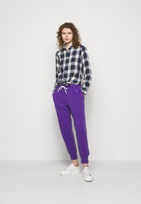Polo Ralph Lauren - FEATHERWEIGHT - Pantaloni sportivi - purple rage - 1