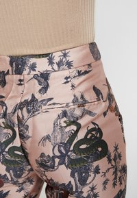 Scotch & Soda - PRINTED PANTS IN SHINY QUALITY - Bukse - pink - 5