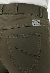 BRAX - STYLE LAVINA ZIP - Trousers - olive - 5