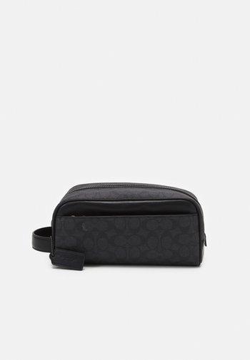 TRAVEL KIT IN SIGNATURE UNISEX - Wash bag - charcoal