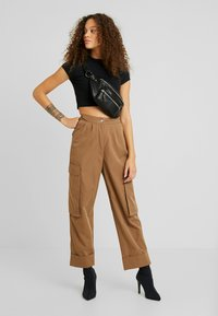 Missguided Petite - PLEAT FRONT TURN UP HEM CARGO TROUSER - Cargo trousers - tan - 2