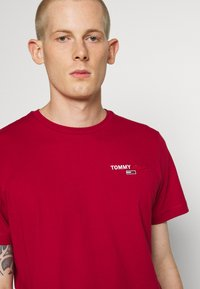 Tommy Jeans - CHEST CORP TEE UNISEX - Print T-shirt - wine red