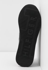 Tommy Hilfiger - TOMMY DRESS CITY SNEAKER - Sneaker low - black - 6