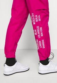 Nike Sportswear - PANT - Cargo trousers - fireberry - 5