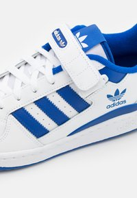 adidas Originals - FORUM LOW UNISEX - Sneakers - footwear white/team royal blue - 5