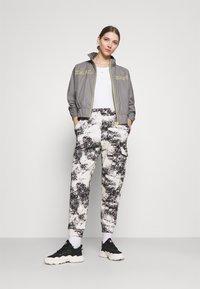 Karl Kani - RETRO SHINY SHORT TRACKJACKET - Summer jacket - grey - 1