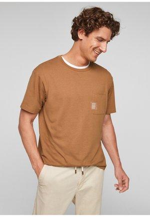MIT BRUSTTASCHE - Basic T-shirt - brown