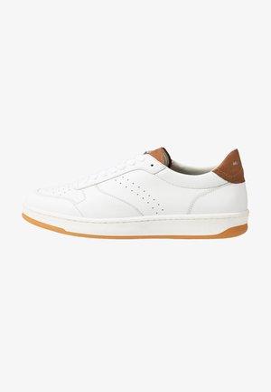 KALLE 1B - Trainers - white/cognac