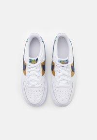 Nike Sportswear - AIR FORCE 1 LV8 UNISEX - Zapatillas - white/blue void/metallic gold - 3