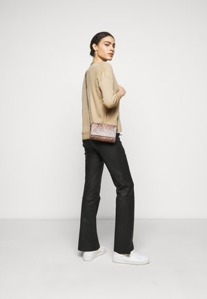 EVELYN CROSS BODY - Olkalaukku - nougat