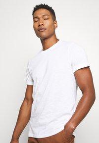 Burton Menswear London - 3 PACK - T-shirt - bas - white - 3